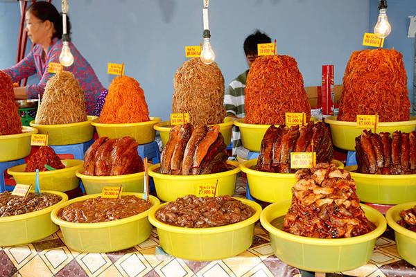 Các loại mắm đa dạng được bán đầy chợ Châu Đốc, nơi bán rất sạch sẽ và thắp đèn cả ngày để xua đuổi ruồi nhặng.Ảnh: mientay.cungbandulich.info