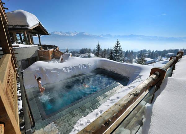 Hồ bơi nước nóng ngoài trời LeCrans nhìn ra dãy Alps, Thụy Sĩ.