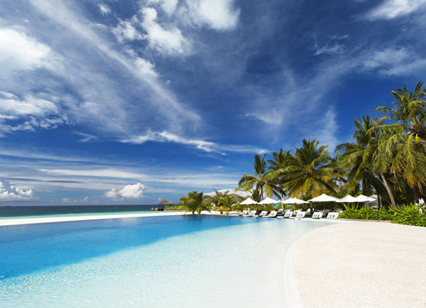 Những bãi biển tuyệt đẹp không phải là nơi duy nhất để bạn có thể vùng vẫy ở Maldives. Ở đây còn có các hồ bơi trước biển được xây dốc thoai thoải tạo cảm giác như bạn đang bơi ra giữa đại dương.