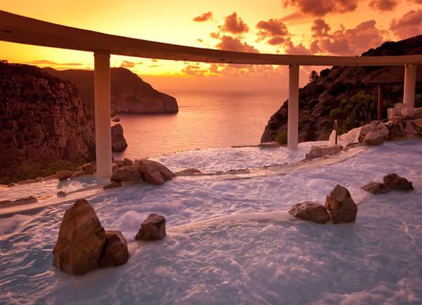 Được xây dựng như các bậc thang, hồ bơi trên vách núi Na Xamena (Ibiza, Tây Ban Nha) có thể nhìn ra toàn cảnh Địa Trung Hải.