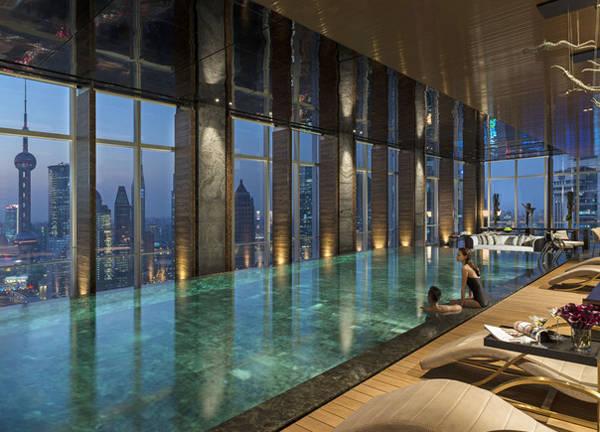 Hồ bơi vô cực ở tầng 41 của khách sạn Bốn Mùa, khu Phố Đông (Thượng Hải) có view nhìn ra các tòa nhà mang tính biểu tượng của Thượng Hải.