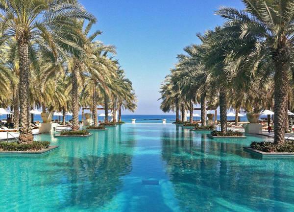 Dài tới 50m hướng về phía biển, Al Bustan Palace (Muscat, Oman) có hệ thống riêng để kiểm soát nhiệt độ trong bể bơi.