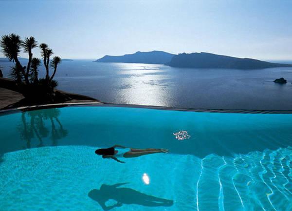 Perivolas (Hy Lạp) là khách sạn hạng sang được thiết kế để nghỉ ngơi và thư giãn cho những khách hàng giàu có. Tựa vào vách đá cạnh hồ bơi khách có thể nhìn thấy cảnh hoàng hôn tuyệt đẹp trên biển Aegean.