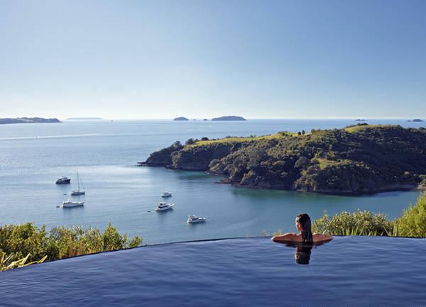 Hồ bơi nước nóng của Delamore Lodge (đảo Waiheke, New Zealand) có cảnh quan tuyệt đẹp nhìn ra vịnh Owhaneke.