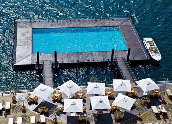 Khách sạn Grand Tremezoo của Italy xây dựng hẳn một bể bơi nổi bồng bềnh trên mặt hồ Como.