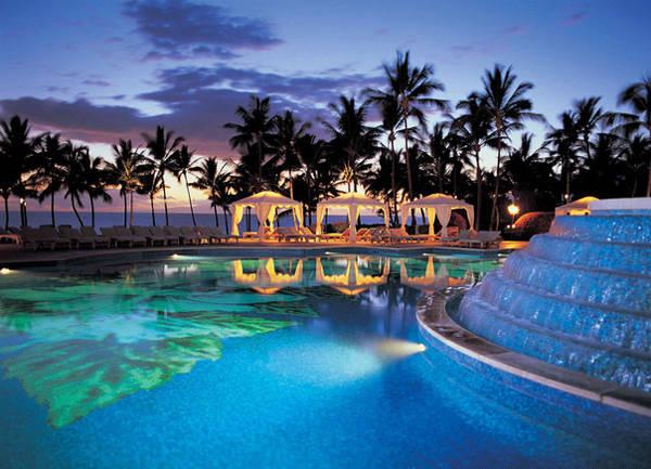 Grand Wailea ở A Waldorf Astoria Resort (Maui, Hawaii) gồm 9 hồ bơi nối với nhau. Bên cạnh hồ bơi là các quầy bar thân thiện còn giữa hồ có một đài phun nước.