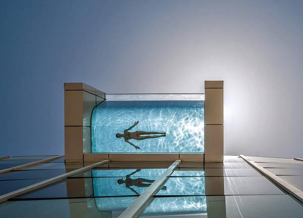 Bể bơi trên tầng 26 của khách sạn InterContinental Dubai (Các tiểu vương quốc Ảrập Xêút) được xây nhô ra bên ngoài cho phép người bơi có thể nhìn xuống đường phố nhờ lớp kính phía đáy trong suốt.