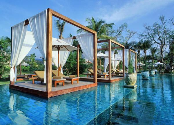 Bể bơi ở Sarojin (Khao Lak, Thái Lan) cho phép bạn nằm thư giãn giữa hồ nhờ thiết kế độc đáo.