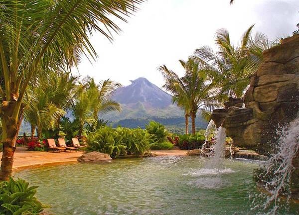 Mang hơi hướng hòa mình vào thiên nhiên, bể bơi ở khu resort The Springs (Costa Rica) được xây giữa rừng với nguồn nước chảy từ các núi đá.