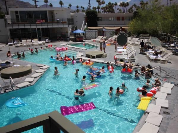<strong>Khách sạn có khung cảnh hồ bơi đẹp nhất: </strong>Ace Hotel and Swim Club, Palm Springs, California, Mỹ. Giá phòng từ 129 USD/mỗi đêm. Ảnh: Flickr/Carlos Pacheco