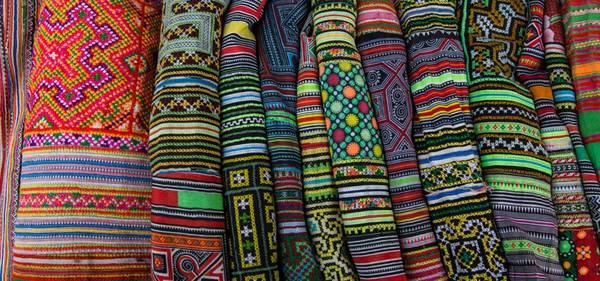 Các mặt hàng thổ cẩm nhiều màu sắc. Ảnh: Buffalotours.com