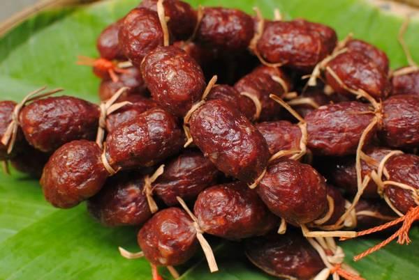 Tung lò mò là món ăn đậm chất truyền thống của đồng bào Chăm tại An Giang còn gọi là lạp xưởng bò. Ảnh: diadiemdulich