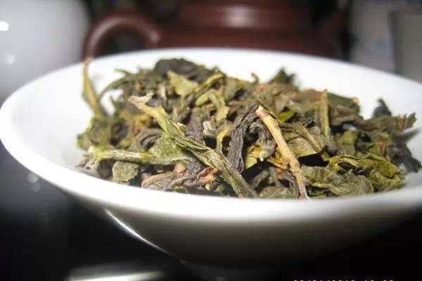 Trà. Đài Loan có loại trà rất thơm, vị lại không quá đậm như Trung Quốc đại lục, đặc biệt có trà Ô Long Đông Đỉnh (Olong tea) và Bao Chủng (Pouchong tea) là hai loại rất nổi tiếng. Trà được sản xuất với quy trình lên men đặc biệt tạo hương vị riêng biệt khó quên, thậm chí còn có tác dụng chữa bệnh.