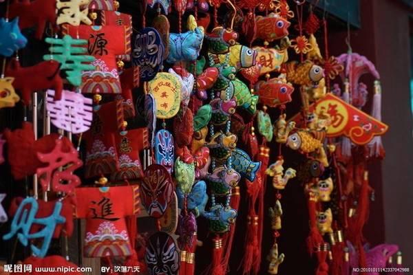 Đồ lưu niệm nhỏ: Tại một số nơi như phố cổ Đạm Thủy, Hồng lầu Tây Môn, Cửu Phần... đều bán những đồ lưu niệm nhỏ mang biểu trưng của Đài Loan. Du khách cũng có thể mua những đồ này ở các điểm du lịch nhưng giá cả sẽ đắt hơn. Ảnh: Nipic.