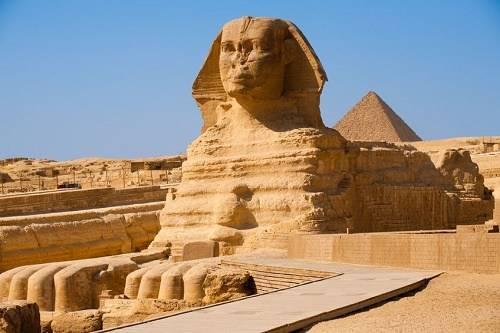 """Kim tự tháp, Ai Cập Có hơn 100 kim tự tháp ở Ai Cập được xây dựng như lăng mộ để bảo quản xác ướp các Pharaoh, giữ cho họ an toàn và không bị quấy rầy trong cuộc sống """"sau khi chết"""". Lăng mộ của Pharaoh Khufu, còn gọi là Cheops, lớn nhất trong số các kim tự tháp này. Tượng Sphinx, một con sư tử đầu người, cũng là một trong những pho tượng lớn và cổ xưa nhất thế giới."""