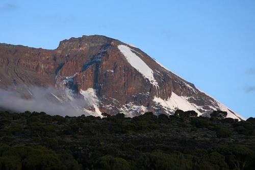 Núi Kilimanjaro, Tanzania Là ngọn núi đứng đơn độc cao nhất thế giới, Kilimanjaro là địa điểm không thể bỏ qua khi đến Tanzania. Bạn có thể chiêm ngưỡng cảnh quan tuyệt đẹp của vùng sơn cước, các sông băng và khu bảo tồn thiên nhiên từ Uhuru, đỉnh cao nhất của ngọn núi. Bạn cũng có thể tham quan các khu bảo tồn xung quanh chân núi Kilimanjaro, được xem là những công viên thiên nhiên tốt nhất ở châu Phi.