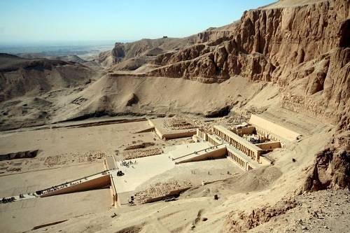 Thung lũng các vị vua, Ai Cập Thung lũng các vị vua nằm gần Luxor, bên bờ phía tây sông Nile. Tại thung lũng này, trong khoảng 500 năm từ thế kỷ 16 đến 11 TCN, 63 lăng mộ được xây dựng để chôn cất các vị vua Ai Cập và quý tộc quyền lực. Nó trở nên nổi tiếng sau khi mộ vua Tutankhamun được phát hiện tại đây vào năm 1922.
