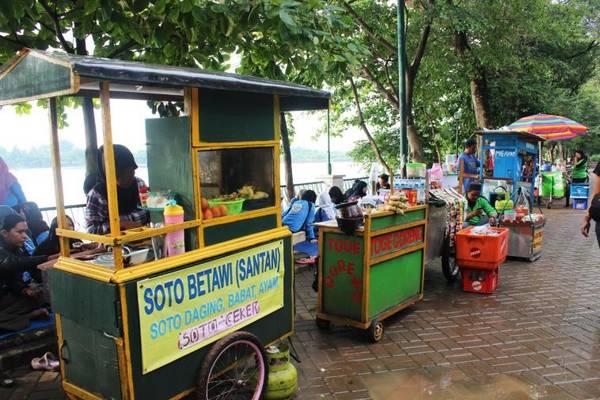 Các món ăn đường phố Jakarta được bày bán rất nhiều tại đây. Ảnh: Jakarta-tourism.go.id