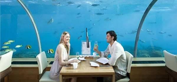 Nhà hàng dưới biển Ithaa ở Maldives. Nhà hàng Ithaa nằm ở đảo Rangali (Maldives), là một trong những nhà hàng độc đáo nhất vì nằm dưới đại dương, ở độ sâu 5 m so với mặt biển. Với cấu trúc hình mái vòm, nhà hàng này giúp người xem thưởng thức được bức tranh toàn cảnh 180 độ dưới biển. Người xem sẽ có trải nghiệm khó quên khi được ngồi ăn và chứng kiến các sinh vật biển phong phú, cảm giác như các sinh vật này đang bơi ngay cạnh mình.