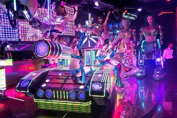 Nhà hàng Robot,Tokyo, Nhật Bản. Nằm giữa khu phố đèn đỏ nổi tiếng của Nhật Bản, nhà hàng được thiết kế độc đáo và được phục vụ bởi những cô nàng robot cực kỳ quyến rũ. Quy tắc của nhà hàng là chỉ cho phép những ai trên18tuổi trở lên được vào nhà hàng, không mặc trang phục cosplay, không có hình xăm, không đeokính máttrong suốt quá trình diễn ra show.