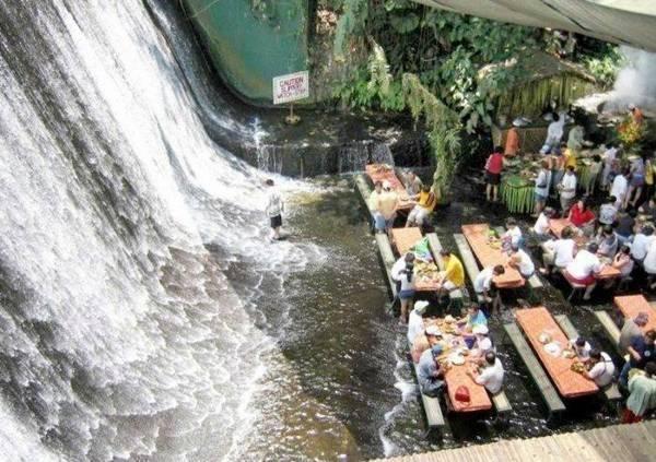 15-nha-hang-ky-quac-nhat-tren-the-gioi-ivivu-Nhà hàng dưới chân thác Labassin, Philippines là một địa điểm ăn uống lý tưởng thuộc khu biệt thự Escudero nằm ở thành phố San Pablo thuộc tỉnh Quezon ở Philippines. Labassin đã không còn xa lạ với người dân và các khách du lịch khi đến Philippines bởi vì khi nói đến cái tên này người ta ai cũng nghĩ ngay ra một nhà hàng đặc biệt ấn tượng, bao quanh nó là một không gian rộng lớn, có bàn ăn, có thác nước và cây cối.4