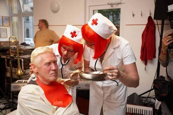 Nhà hàng bệnh viện. Nhà hàng bệnh viện nghe là đã lạ rồi, mà đằng này lại là bệnh viện tâm thần. Thực khách vào đây sẽ được đối xử như những bệnh nhân tâm thần, tức là bị trói chặt tay chân lại trên xe lăn và sau đó ăn bằng cách nhờ các y tá – cũng là nhân viên nhà hàng, đút cho từng muỗng. Bạn có muốn thử?