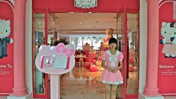 Nhà hàng Hello Kitty Dream ở Bắc Kinh, Trung Quốc. Khi bước vào nhà hàng bạn sẽ thấy choáng ngợp với một không gian toàn màu hồng: bàn hồng, ghế hồng, đèn chùm hồng, bánh ngọt hồng... Ở đây còn có các đồ uống và các món bánh có khẩu vị rất hợp với tuổi teen. Đặc biệt hơn, nhân viên phục vụ ở đây toàn là hotgirl mặc đồng phục của nàng mèo Hello Kitty xinh đẹp.