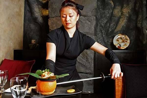 Nhà hàng Ninja, Manhattan, New York. Là một trong số 10 nhà hàng kỳ dị nhất thế giới, nhà hàng Ninja New York tại Tribeca, New York, Mỹ chuyên phục vụ những món ăn Nhật Bản nổi tiếng bằng một phong cách Ninja đặc biệt. Những người phục vụ mặc trang phục áo đen, bịt mặt và đeo kiếm nhưninja đích thực. Không chỉ có vậy, họ còn phục vụ thực khách cả những màn trình diễn võ thuật như trèo tường, múa kiếm, hay thổi bùng lên ngọn lửa.