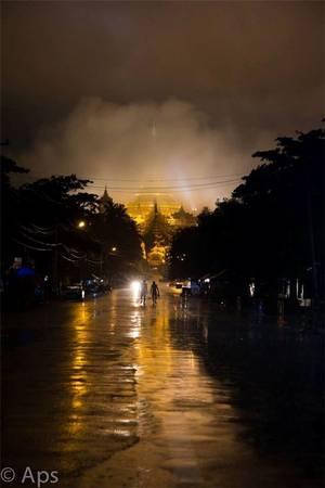 Con đường độc nhất cao 100 m dẫn vào ngôi chùa Shwedagon ở Yangon, Myanmar.