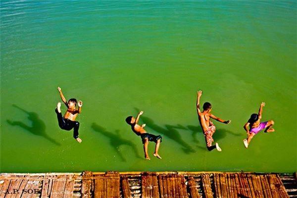 Nhảy sông.