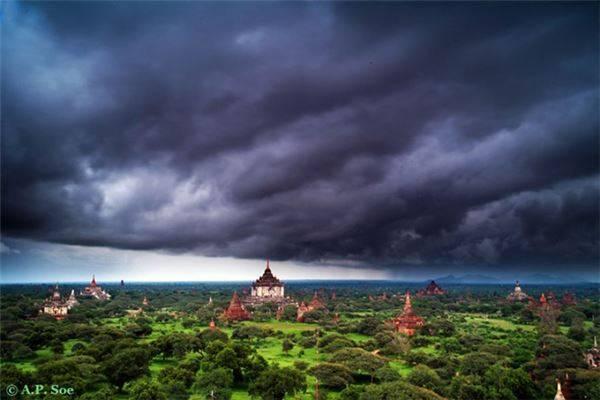 Mây đen trên bầu trời Bagan.