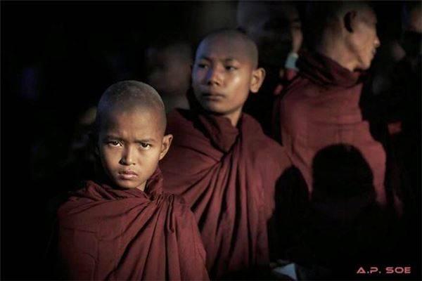 Những chú tiểu tại lễ hội chùa Ananda, Bagan: Hàng nghìn tu sĩ mọi lứa tuổi quy tụ về Bagan mỗi năm một lần để tham dự lễ hội tại chùa Ananda.