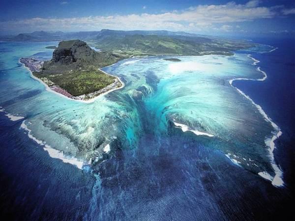 <strong>Thác chìm (Mauritius): </strong>Vùng biển quanh Mauritius có một thác nước lọt thỏm trong lòng đại dương do cát sụt tạo thành.