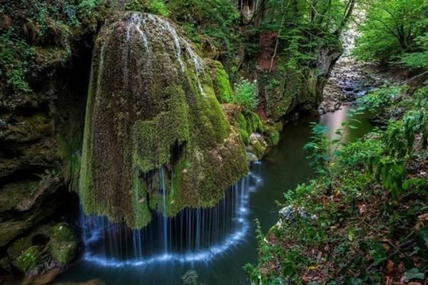 <strong>Thác hình nấm (Romania): </strong>Dòng thác Bigar đổ xuống rìa đá xanh rêu có hình dạng như một cây nấm khổng lồ, tạo thành một màn nước tuyệt đẹp.