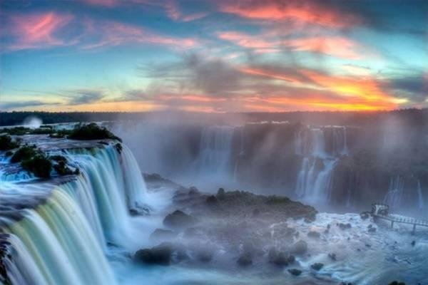 """<strong>Thác Iguaza (Argentina): </strong>Khi đệ nhất phu nhân Eleanor Roosevelt lần đầu chiêm ngưỡng dòng thác này, bà đã phải thốt lên: """"Thật tội nghiệp cho Niagara"""", vì dòng thác này vô cùng hùng vỹ. Thác trải rộng trên diện tích 2,7 km, rộng hơn cả thác Niagara và Victoria gộp lại."""