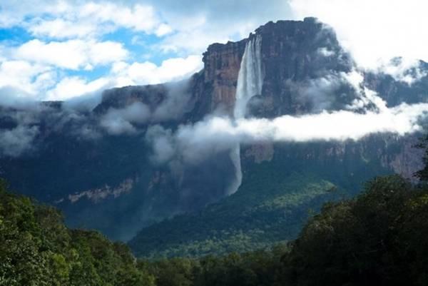 <strong>Thác Thiên thần (Venezuela): </strong>Mặc dù nằm trong một khu rừng hẻo lánh, dòng thác này vẫn thu hút vô số khách du lịch đến đây mỗi năm. Thác Thiên thần có chiều cao gấp 15 lần so với thác Niagara và được đặt theo tên phi công người Mỹ Jimmy Angel, người tìm ra dòng thác khi đang bay năm 1933.