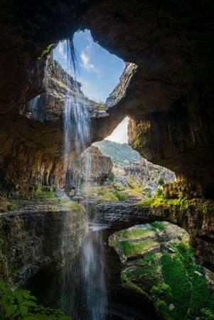 <strong>Thác 3 tầng (Lebanon): </strong>Dòng thác Baatara Gorge chảy qua 3 tầng đá đổ xuống một hang sâu, tạo thành cảnh quan tuyệt đẹp. Thời điểm đẹp nhất để ghé thăm nơi đây là tháng 3 hoặc tháng 4, khi dòng nước chảy từ trên núi xuống mạnh nhất do tuyết tan.