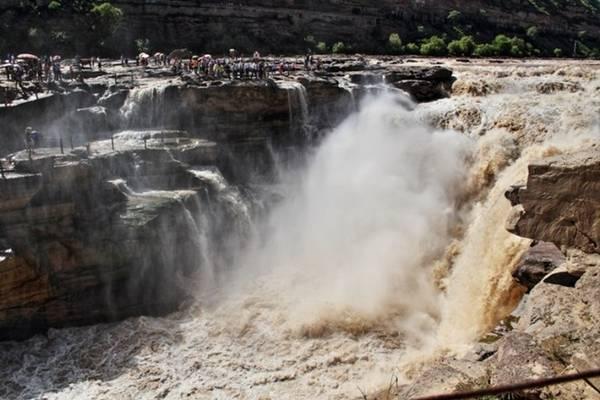 <strong>Thác vàng (Trung Quốc): </strong>Dòng thác Hukou không chỉ là thác lớn thứ 2 Trung Quốc mà còn có màu vàng đặc trưng. Màu sắc này do dòng sông Hoàng Hà mang theo nhiều phù sa đổ xuống mà thành.