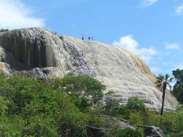 """<strong>Thác nước hóa đá (Mexico): </strong>Cái tên của dòng thác Hierve el Agua có nghĩa là """"nước sôi"""", nhằm mô tả dòng nước suối khoáng nóng sủi bọt. Nhìn từ xa, thác trông giống bị đóng băng khi chảy xuống từ núi. Dòng nước giàu chất khoáng đổ qua rìa đá được hình thành qua nhiều năm, tạo thành cảnh quan kỳ vỹ."""