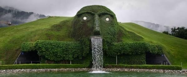 <strong>Thác Khổng lồ (Áo): </strong>Dòng thác chảy từ miệng một bức tượng khổng lồ trước cửa bảo tàng Swarovski Crystal Worlds.