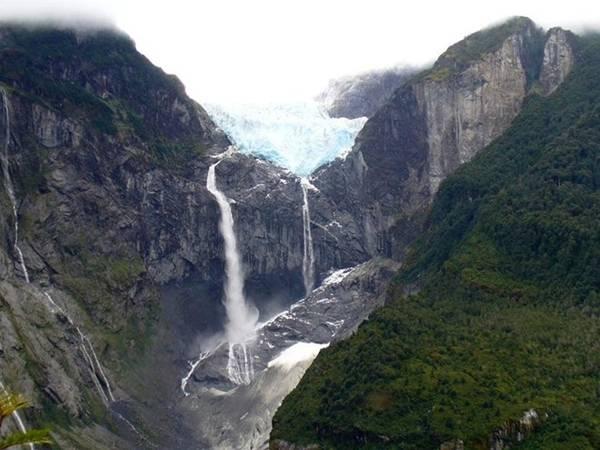 <strong>Thác băng treo (Chile): </strong>Thác chảy xuống từ dòng sông băng nằm trên rìa vách đá. Dòng nước chảy quanh năm, nhưng tùy vào tình hình thời tiết và vị trí của sông băng mà thác cũng đổi dòng theo.