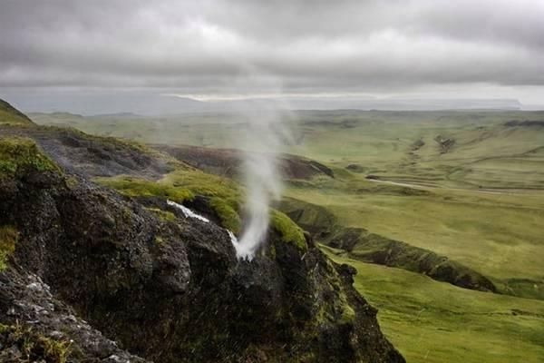 <strong>Thác chảy ngược (Iceland): </strong>Chống lại lực hút trái đất, dòng thác này không chảy xuôi mà bị gió thổi mạnh làm nó chảy ngược lên phía trên. Các dòng thác chảy ngược độc đáo tương tự còn được tìm thấy ở Hawaii, Iceland và Anh.