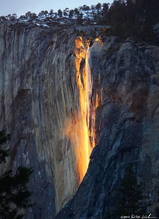 <strong>Thác phát sáng (Mỹ): </strong>Dòng thác Đuôi ngựa ở Yosemite có màu cam và đỏ rực do ánh nắng mặt trời chiếu xuống. Thác còn có tên gọi khác là thác Lửa.