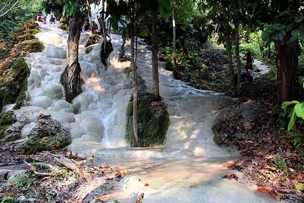 <strong>Thác dính (Thái Lan): </strong>Không như các con thác trơn trượt khác, thác Bua Tong ở Thái Lan có đáy là những tảng đá vôi hình củ hành có bề mặt nhám, không hề có tảo hoặc chất nhờn.