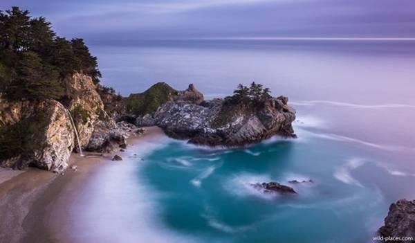 <strong>Thác đổ xuống biển (Mỹ): </strong>Khi thủy triều dâng, dòng thác McWay ở bờ biển Big Sur, California đổ thẳng xuống làn nước biển xanh thẳm. Dòng thác này chảy quanh năm, nhưng gần như không bị tác động do các vách núi hiểm trở, việc tiếp cận thác bằng đường bộ rất khó khăn và chỉ dành cho những người có kinh nghiệm leo núi.