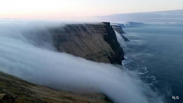 <strong>Thác sương mù (Iceland): </strong>Vẻ huyền ảo của dòng thác này là hiện tượng tự nhiên kỳ thú, khi lớp sương lạnh gặp không khí nóng và đổ xuống mặt biển, trông như một dòng thác hư ảo trong tiếng gió gầm gào.