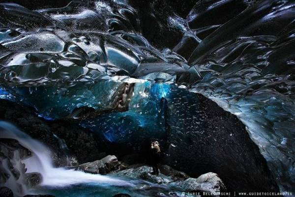 <strong>Thác hang băng (Iceland): </strong>Với những địa điểm thay đổi liên tục hằng năm, các hang băng ở Iceland tạo nên những dòng thác độc đáo với ánh sáng huyền ảo phản chiếu vào băng giá.