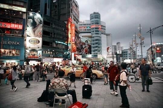1. Đến rạp xem một bộ phim, tới Hongbaochang để nghe hát Karaoke. Từ những năm 1930, Ximending đã trở thành con đường điện ảnh của Đài Bắc. Nay tại đây có khoảng hơn 20 rạp chiếu phim khác nhau. Du khách có thể tới đây để cảm nhận hương vị điện ảnh đậm đặc tại thành phố này. Để cảm nhận thêm nét riêng trong văn hóa của Đài Bắc, bạn cũng nên nghe hát karaoke theo hình thức Hongbaochang nằm trên đường Hankou, Xining. Chỉ cần bỏ ra một số tiền nhỏ, du khách có thể nghe hát và cùng giao lưu với các ca sỹ trên sân khấu.