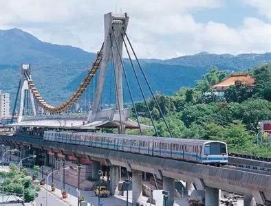 13. Ngồi đoạn tàu điện ngầm có phong cảnh đẹp nhất Đài Bắc. Tại Đài Bắc, một số bến tàu điện ngầm có đoạn được thiết kế lộ thiên như điểm Daan. Du khách có thể nhìn thấy cảnh máy bay cất cánh, hạ cánh tại sân bay Songshan hay cảnh đường phố Luanshu tuyệt đẹp.