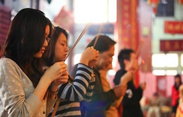 14. Lễ phật tại Đài Loan. Du lịch Đài Loan, bạn nên tìm hiểu về văn hóa chùa chiền của mảnh đất này. Đi trên đường phố của Đài Loan, chỉ vài bước chân là bạn có thể nhìn thấy miếu, đền chùa. Có chuyên gia cho rằng văn hóa tín ngưỡng truyền thống của người dân nơi đây còn đậm đặc và sâu sắc hơn cả người dân đại lục.